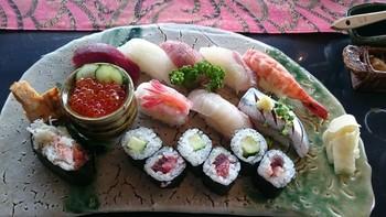オーナーが作淘しているという器に乗せられたお寿司は新鮮そのもの。舌でも、目でも楽しめます。