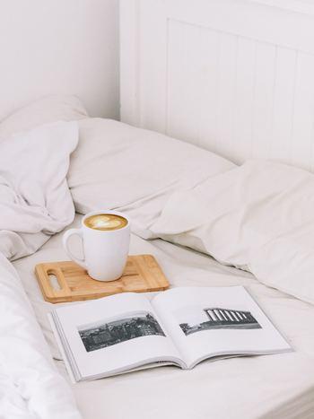 毎日の掃除や洗濯をはじめ、使ったものを元の場所に戻したり、寝具を整えたり……。日常にはこまごまとした名もなき家事が山のようにあり、ついつい先送りにしてしまいがち。 面倒なことは何かの「ついで」に片付けてしまうのが、忙しくても「丁寧な暮らし」をするコツです。暮らしの流れの中で何と何を組み合わせればラクにできるか、あなたなりの方法を見つけてみてくださいね。