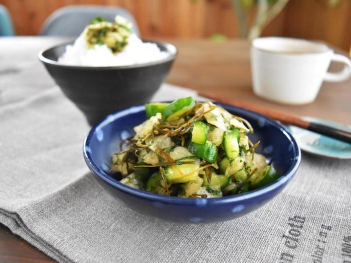 大根、きゅうり、大葉、切り昆布で作る和え物。あっさりとしているのに、うま味たっぷりで、大根とキュウリの食感も◎。さらに大葉の香りが食欲をそそり、ご飯のおかわりがとまらなくなりそう。