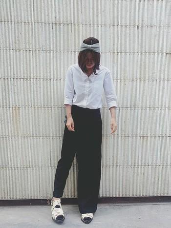 シンプルにブラックなワイドパンツと合わせて、シャツの魅力を引き出したコーデ。