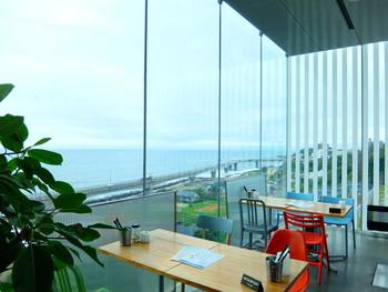 ガラス張りの店内からは、太平洋を一望できます。