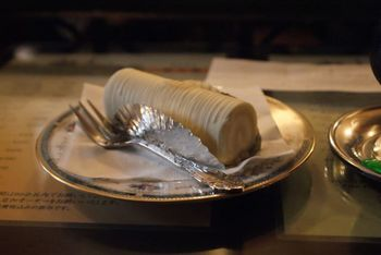 お店の看板メニュー「アンヂェラス」は、大人な甘さと、美しいフォルムのケーキ。白と黒のアンヂェラスを頼んで、食べ比べしてみるのもいいかも。