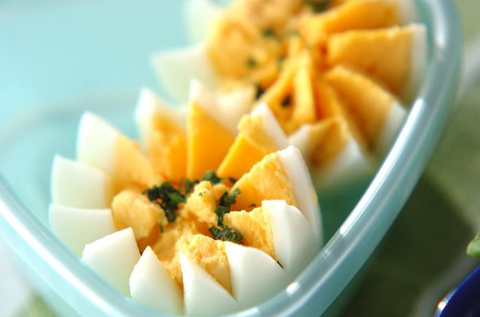 卵の中心に、ぺティナイフでジグザグに切り込みを入れて作る飾り切り。仕上げにパセリをトッピングして味と見た目のアクセントを。