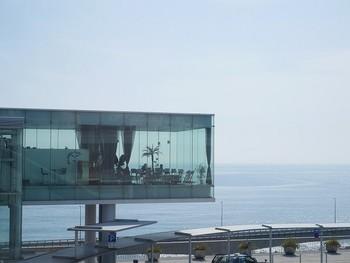 日立駅直結のシーバーズカフェは、日立市出身の世界的建築家、妹島和世さんがデザインを監修。