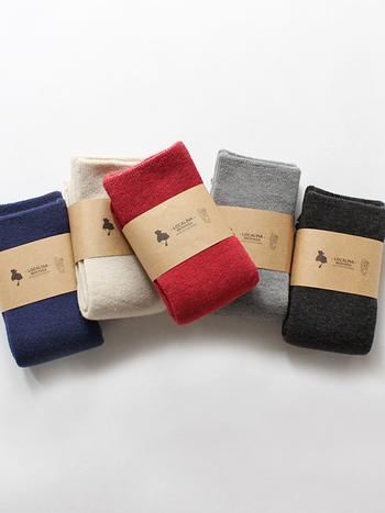 保温性・速乾性に優れた裏起毛の靴下。かかとがない、サイズレスなデザインが特徴的で、靴下が変によれるのを気にする必要がありません。発色が美しいので、ホワイト、グレー、ブラックなどの定番に加え、ビビッドカラーも揃えてみたくなりますね。