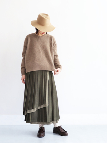冬の素材と言えば、ウール。こちらのプリーツスカートは巻きスカートのようなデザインがとてもユニーク。生地に重なりがある分、暖かく防寒対策にもなります。1枚の存在感が強いので、シンプルかつ上質なニットを合わせるだけで、とてもおしゃれ。