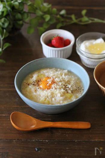 【カルボナーラ粥】 寒い朝にも手早く作れてほっこりできる、お手軽なおかゆ。 キャベツの『緑』、味噌とチーズの『黄』が入っています。
