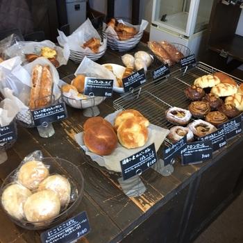 お店の前の看板には大きく「豆パン」と書かれていましたが、豆パン以外にもおすすめのパンがいっぱい並びます。ハード系、デニッシュ系や、こだわりのクリームや餡が入った菓子パンなど、どれを選ぶか迷ってしまいそう!