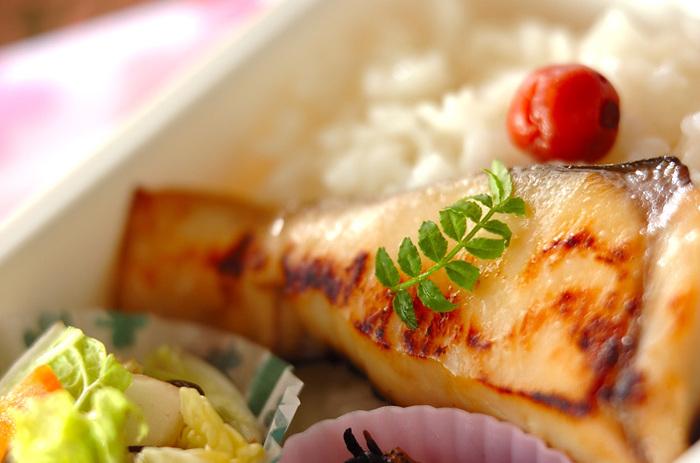 サワラに調味料を加えた西京味噌をぬって冷凍するだけ。お弁当にぴったりのおかずです。前夜に冷蔵庫に移して解凍。朝は、味噌を落としてフライパンで焼くのみです。