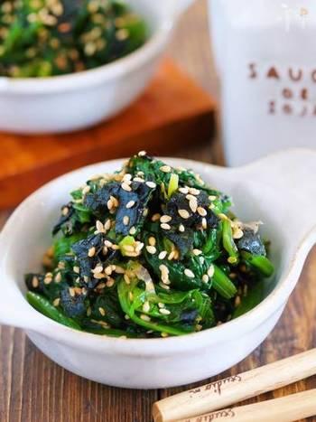【ほうれん草と海苔のごまおかか和え】 ほうれん草の『緑』と海苔の『黒』を組み合わせた栄養満点レシピ。ごま油のコクと香りが食欲をそそります。