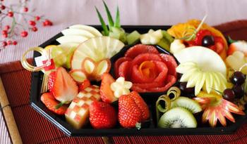 いろとりどりのフルーツを飾り切りすれば、スイーツを作らなくても豪華なおもてなしデザートに。ぜひ旬のくだもので楽しんでみましょう。