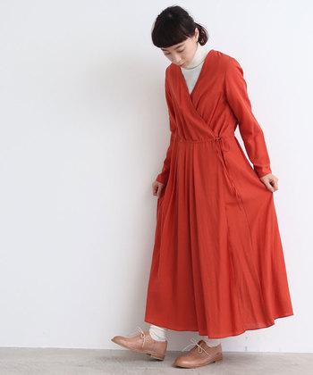 柔らかな雰囲気のカシュクールワンピースは、フレアーシルエットで動きやすく、重ね着しやすいデザイン。靴下をクシュッとさせて、ラフに着こなしても素敵です。