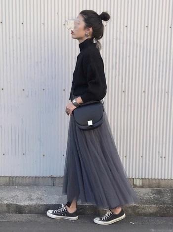 甘めのチュールスカートに黒のスリットレギンスやスニーカーを合わせて、スポーティ感をミックス。黒とグレーでシックにまとめて、大人っぽく仕上げましょ♪
