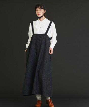 真冬にスカートって、足先からお腹まで冷えきってしまいそうで、なんだか心許ない...そう不安になって、スカートに心惹かれつつも諦めてしまうことありませんか?でも実際は、気温に適した着こなし方さえ知っておけば、そんなに心配することもないのです。むしろ着方によっては、パンツよりももっと暖かさをキープしつつ、おしゃれを楽しめるかもしれません。冬のスカート選びや着こなしのコツについて、ここで改めて考えてみましょう。