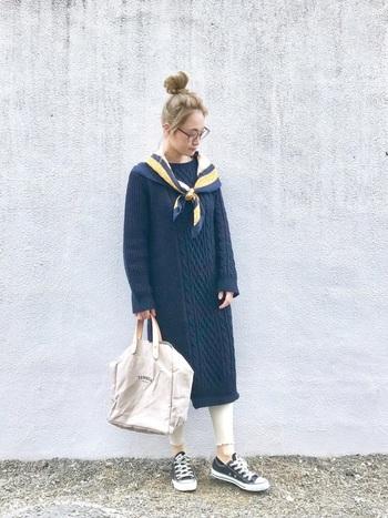 紺のケーブルニットワンピースに白レギンス、スカーフをさりげなく合わせて。パリジェンヌのような、こなれ感のあるスタイルに♪