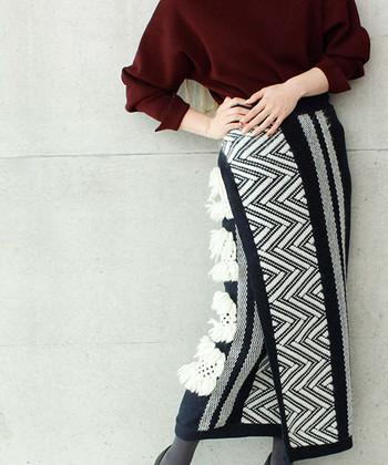時には、インパクトのある柄スカートをセレクトしても。主役はスカートなので、タイツやシューズはシックなカラーやデザインのものを合わせましょう。