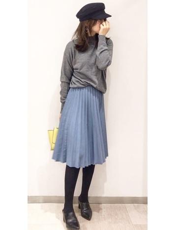 ふんわりゆれ動くプリーツスカートにマリンキャップを足して甘辛コーデに。さりげないイエローバッグもキュートな差し色になっていて素敵です。