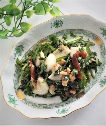 春菊とカブや柿の食感が楽しいサラダ。ツナ缶と塩麴、えごま油をいかした味付けで、ちょっと新鮮なセンスを放つ一品。 おもてなしで出しても、会話がはずみそう*