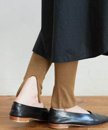 タイトスカートにカラータイツもいいけれど、抜け感あるレギンスを合わせてみても素敵。タイトスカートのデザインを邪魔しては元も子もないので、すっきりとしたシルエットのものを選びましょう。