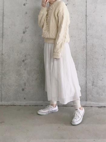 全体を白でまとめたイノセントなスタイル。ふんわり軽めのギャザースカートでも、厚みのある白レギンスやケーブルニットを合わせれば暖かく過ごすことができます。カラーから少しづつ、春らしさを取り入れてみてはいかが?