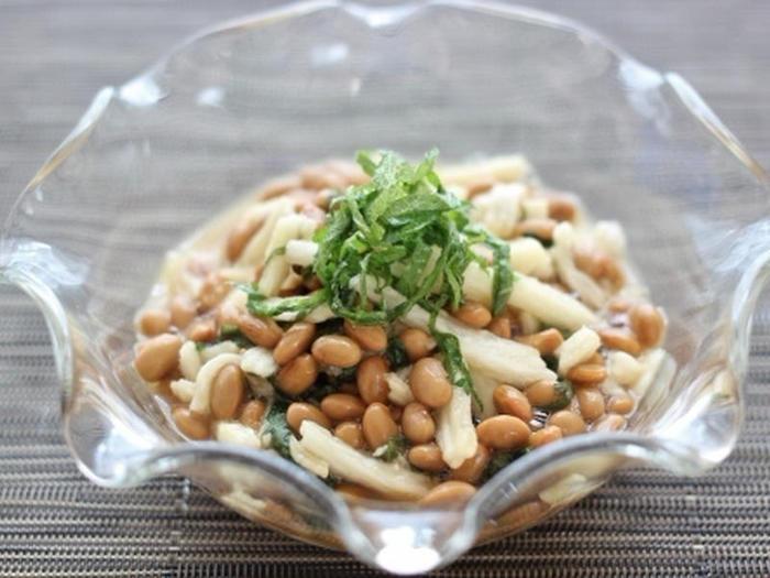 朝ごはんに納豆が欠かせないという方は多いのでは。  そこで、亜麻仁油(または えごま油)を納豆に、小さじ1加えてみましょう。油独特の風味をやわらげ、美味しくいただくことができますよ。油のクセが気になる場合は、大葉を使用すれば◎  ときにはこのように、長いもをプラスして、ちょっと贅沢にいただくのも良いですね。