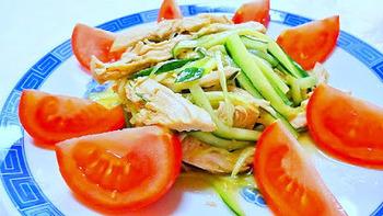 お馴染みのくし形切りにしたトマトを上に向けて放射状に並べると、中央の棒棒鶏が際立ちますね。シンプルなメニューや、素朴な素材の料理の際はこうした盛り付けがより映えます。