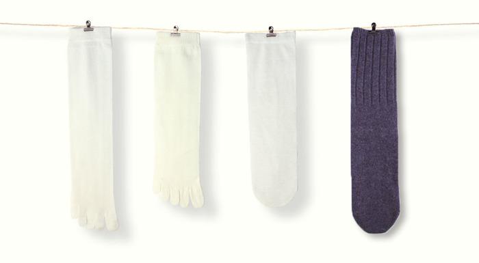 冷えが慢性化している方が優先して対策すべきは、足元の冷え。というと、スカートはちょっと...と思われるかもしれませんが、時にパンツよりスカートの方が重ね着しやすく、工夫しながらおしゃれを楽しめる場合も。近頃、冷えを気にする女性たちに広く浸透している靴下の重ね履きは特におすすめ。分厚い靴下を1枚履くより、薄手を数枚重ねた方が空気の層ができて断然暖かいのです。しっかり対策したいなら、基本の4枚の重ね履きを試してみましょう。