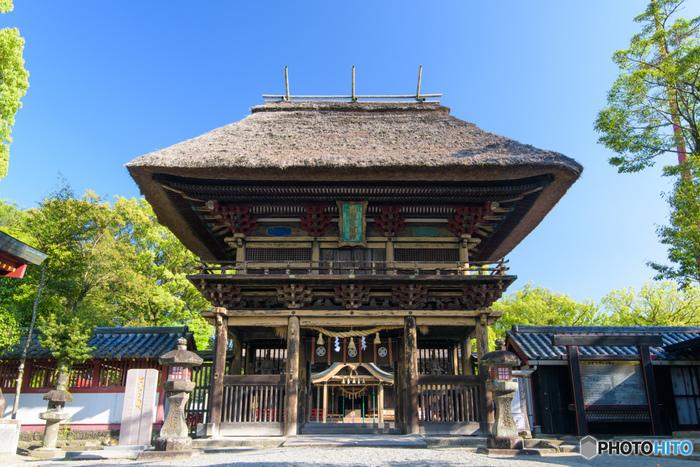 熊本の県南にある「青井阿蘇神社」は、国宝にも指定されている貴重な建造物です。平安時代からの歴史があり、現在の社殿は1610年より建造されたというこちらの神社は、茅葺き屋根と木製の狛犬が印象的。堂々たる楼門や歴史を感じる佇まいにパワーを貰える名所、ぜひ参拝して御朱印を貰いたいですね。