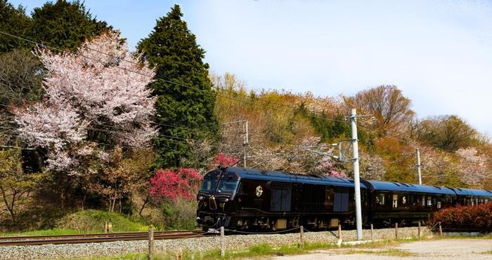 雄大な自然、ゆったりと過ごせる温泉地、伝統工芸品の数々…それぞれ個性的な魅力がある九州を観光したいなら、移動中も景色を楽しめる列車の旅がおすすめです。今回は九州観光でおすすめの列車とあわせて、訪れたいスポットをご紹介していきます。