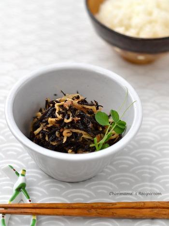 【梅おかか切り干しひじき】 ひじきのお惣菜は常備菜として作り置きしておくと便利。食卓を見回して、『黒』が足りないなと思ったらすぐに添えることができます。