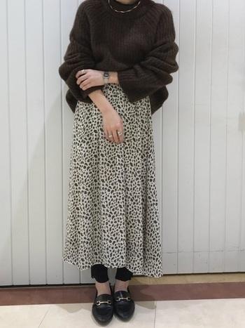 けばけばしく見えない、ナチュラルなレオパード柄のロングスカートに黒のレギンスを合わせて。ブラウンニットで大人っぽくまとめたスタイル。足首&手首を見せることで華奢感もアップ◎