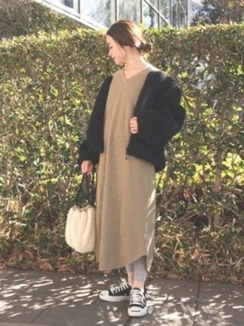 同じ無地ワンピースを着まわすのだって、簡単!暖かさを優先して、重ね着をしていけば自在に温度調整できます。
