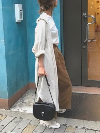 麻混のロングシャツワンピの袖をロールアップして、一段と活発な雰囲気に。ゆるいシルエットでラクチンに着こなせます。