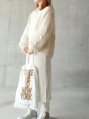 微妙に色味の違うホワイトを重ねて作ったワントーンコーデです。爽やかなのに、暖かさもあり、気温の安定しない季節にぴったりの装いです。