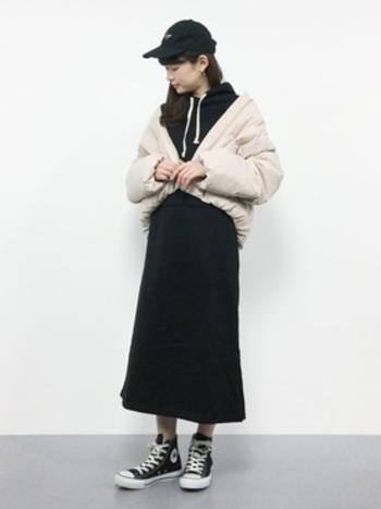 ショート丈のダウンジャケットは、無地ワンピースとぴったりのアイテムです。上半身にボリュームがあっても、下半身はすっきりと見えます。短め丈のジャケットは、足長効果も期待できますよ。