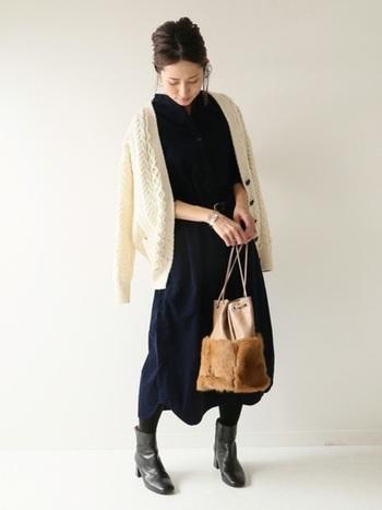 冬素材のバッグをアレンジして、すこし冬寄りのワンピースコーデに。電車の中などで暑くなったら、羽織っているニットを脱げば心地よく過ごせます。