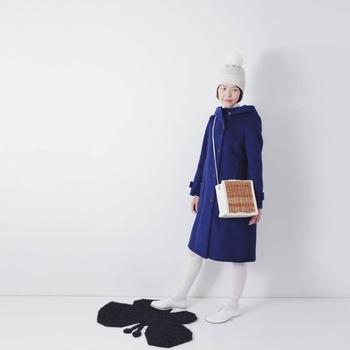 キャンバスの色を軸に、着こなしを組み立てるなんて、粋なスタイル。かごバッグが全てのアイテムとぴったり調和しています。