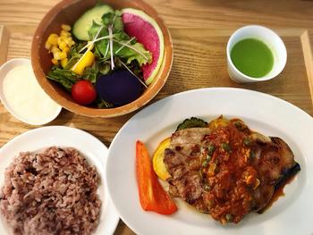 10種類以上あるランチメニューは、新鮮サラダや雑穀ごはんをはじめ、メインのお魚やお肉料理にもお野菜がたっぷり使われています。全国の農家から仕入れたお野菜は、どれも新鮮そのもの。健康バランスのよいランチです。