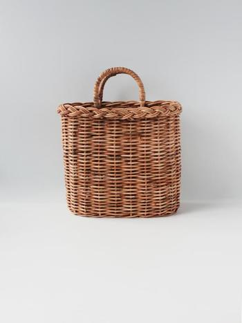 「アンキシャット」のかごバッグは、どこかノスタルジックな雰囲気が魅力。ちょっと陽に焼けちゃってもご愛嬌と思えるほど、日々持ち歩きたくなるかわいらしさ。使えば使うほど、愛着が湧いてきそうです。