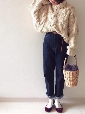 セーターとタイツを白で合わせて。かごバッグがイノセントな表情をより魅力的に見せてくれます。