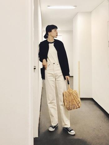 ボーイッシュなスタイルにかごバック。白と黒の2色だけでスタイリングしているところが巧み。さりげないけど、とってもおしゃれです。