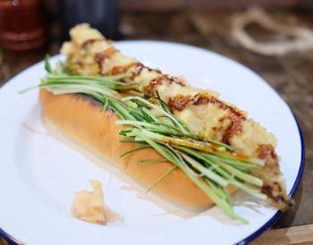 こちらは「活け〆煮穴子の天ぷらドッグ」。ふわふわのパンとサクッと上がったアナゴの相性は目からウロコの美味しさ!なんと店主は元寿司職人の経歴を持っているとのこと。なるほど!と頷ける美味しさです。