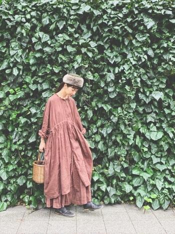 フェミニンなワンピーススタイルにかごバッグ。秋冬ものだと、柔らかいけれど甘くなりすぎないところが素敵。上にロングコートを重ねて、レイヤードを楽しんでみてもいいですね。