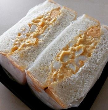 「ワズ サンドイッチ」の人気商品がこちらの「煮卵サンド」。出汁がしっかりきいたお味のサンドイッチはパンと卵の新しいハーモニーを提案してくれています。