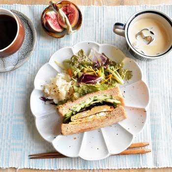 甘い卵焼きに昆布の佃煮。ご飯のお供をそのままパンに挟んだ和風なサンドイッチのポイントは和がらしwithマヨネーズ。一口頬張るとほっこりとした優しい気分になれる和サンドはモーニングにもランチにもオススメの一品です。