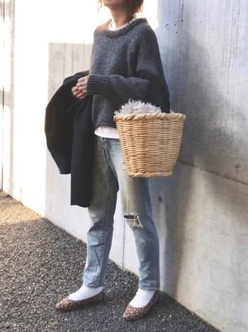 ざっくりニットにジーンズ、そして、かごバッグ。ジェーン・バーキンを思わせるフレンチシックなスタイル。休日のお出かけにこんなラフなスタイルはいかがでしょうか?