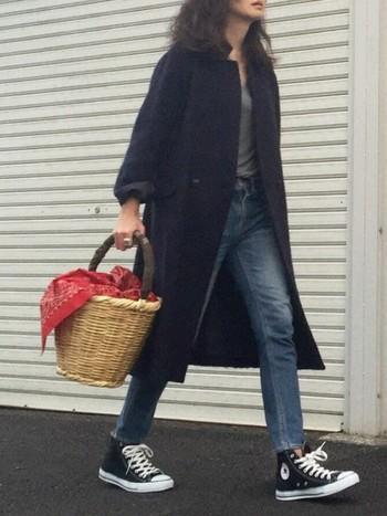 ブラックコートにジーンズ、オールスター...シンプルすぎるぐらいの装いもかごバッグを1点投入するだけで、ぐっと垢抜けて見えるから不思議です。