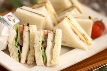 しっかり水気を切った豆腐をニンニク醤油でステーキにしてパンに挟んだヘルシー和風サンドイッチ。木綿豆腐で作るので食べ応えもあるのにヘルシー。ダイエット中にサンドイッチを食べたい方にもオススメできる一品です。