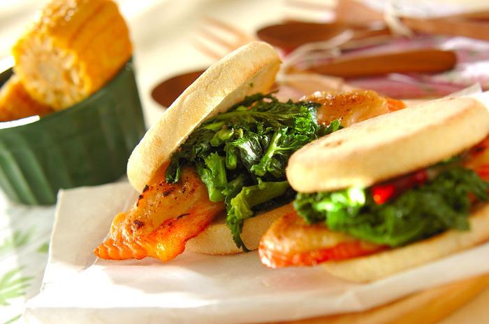 鮭の塩味と菜の花のほんのりした苦味、そこに合わせた白味噌ソースの相性が抜群の春に作りたい美味しい和サンド。ピンクと緑の色合いも春を感じることができるレシピです。