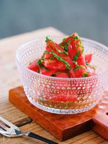 【トマトと大葉のだしマリネ】 野菜の『赤』を補う簡単マリネです。味の基本は白だしなので、マリネ液の調合も手間いらずですね。